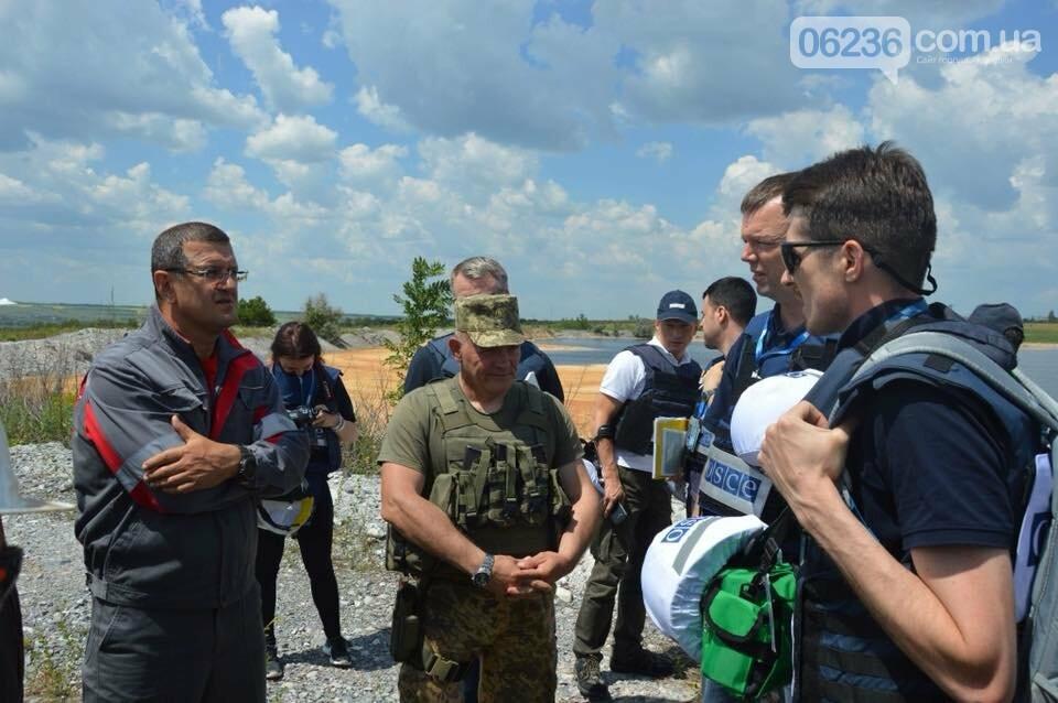 Работа, прежде всего: как гендиректор АКХЗ с наблюдателями по «серой зоне» без бронежилета ездил (ФОТОФАКТ), фото-1