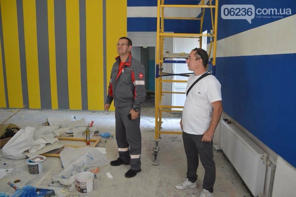Ремонт на контроле: гендиректор АКХЗ проинспектировал качество работ по ремонту спортивного зала в школе №6, фото-1