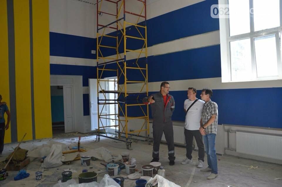 Ремонт на контроле: гендиректор АКХЗ проинспектировал качество работ по ремонту спортивного зала в школе №6, фото-2
