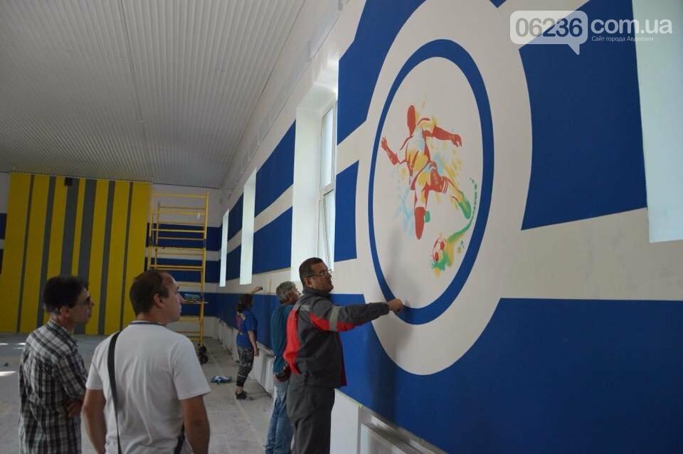 Ремонт на контроле: гендиректор АКХЗ проинспектировал качество работ по ремонту спортивного зала в школе №6, фото-3