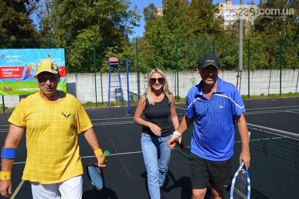 Призы и душ из шампанского: в Авдеевке наградили победителей открытого турнира по большому теннису (ФОТО) , фото-5