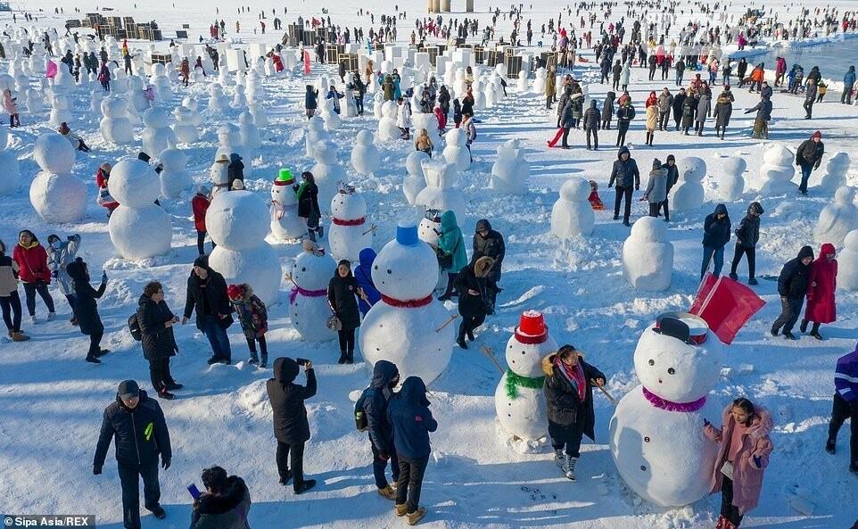 Гигантский «ледяной город» в Китае украсили двумя тысячами снеговиков (ФОТО), фото-3