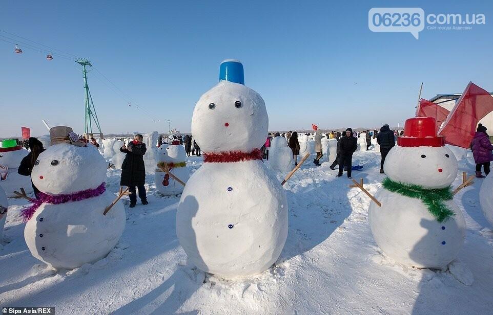 Гигантский «ледяной город» в Китае украсили двумя тысячами снеговиков (ФОТО), фото-1