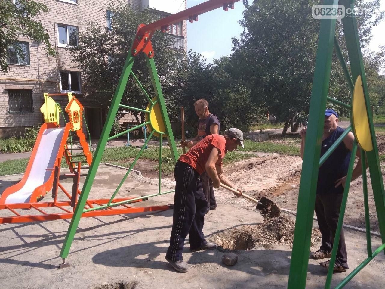 В Авдеевке приступили к монтажу современной детской площадки (ФОТОФАКТ), фото-1
