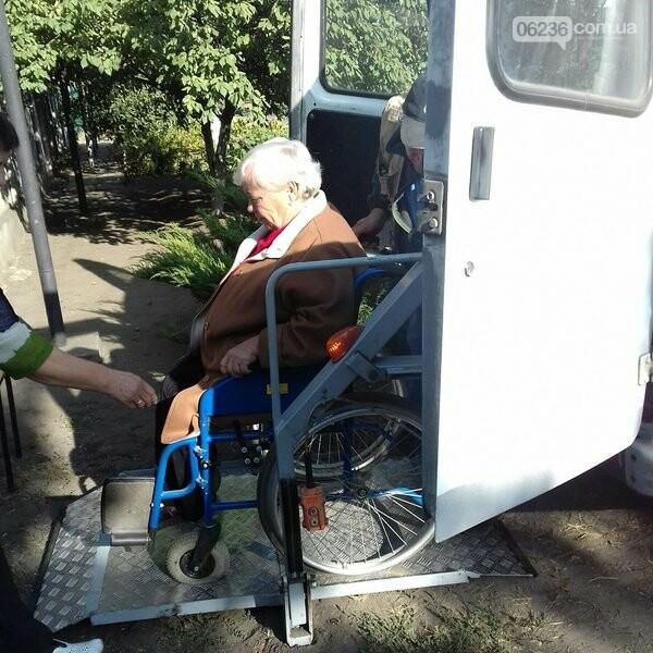 В авдеевском терцентре помогли маломобильной пожилой женщине попасть к врачу, фото-2