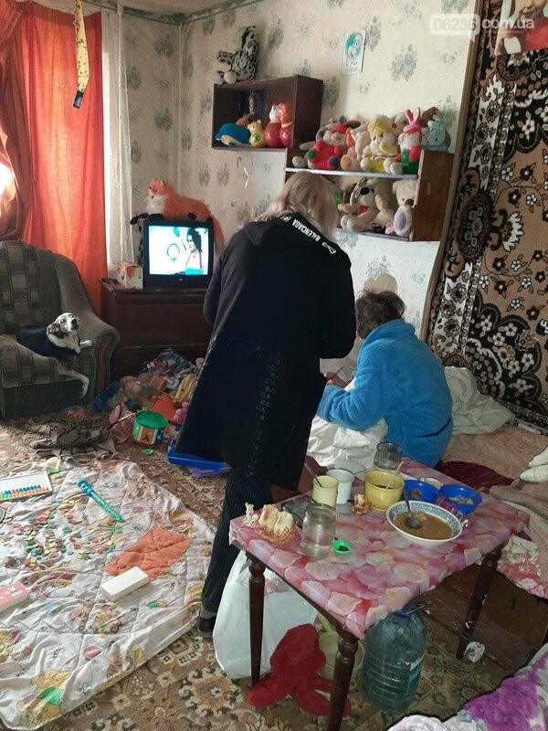 В Авдеевке социальные службы проверяют семьи, оказавшиеся в сложных жизненных условиях, фото-1